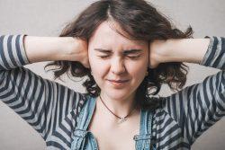 Шум в ухе: причины, лечение