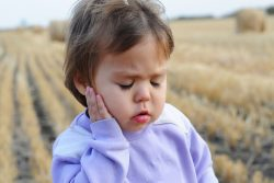 Заложено и болит ухо: причины, симптомы, лечение. Боль в ушах во время полетов